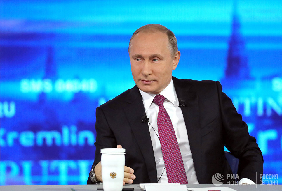 Президент РФ Владимир Путин отвечает на вопросы россиян в основной студии московского Гостиного двора во время ежегодной специальной программы Прямая линия с Владимиром Путиным. 15 июня 2017