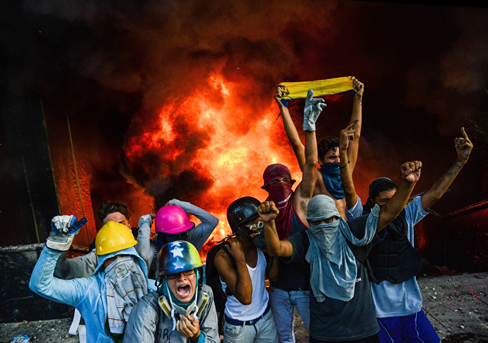 Протестующие подожгли здание Верховного суда во время митинга против президента Николаса Мадуро в Каракасе