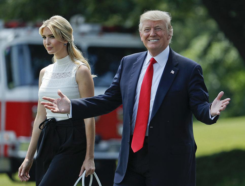 Президент США Дональд Трамп с дочерью Иванкой на Южной лужайке Белого дома в Вашингтоне