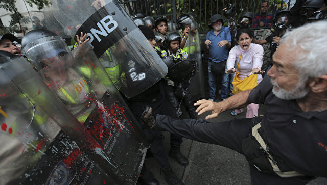 Столкновения демонстрантов с полицией в Каракасе, Венесуэла