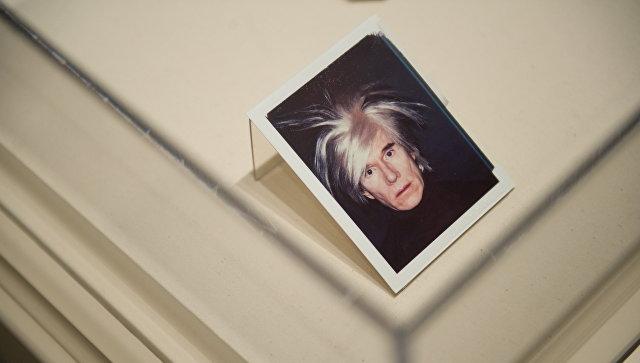 Автопортрет Энди Уорхола, снятый на Polaroid, на выставке в Национальной галерее искусства в Вашингтоне