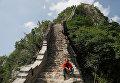 Мужчина отдыхает во время реконструкции Великой Китайской Стены