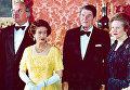 Гельмут Коль, королева Великобритании Елизавета II, президент США Рональд Рейган и премьер-министр Великобритании Маргарет Тэтчер в Букингемском дворце в Лондоне. 1984 год