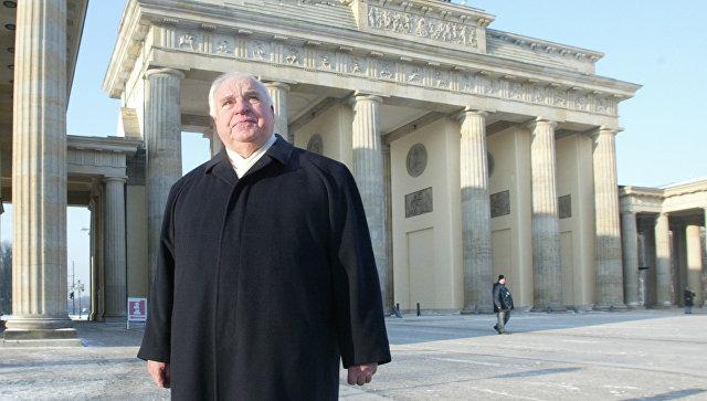 Бывший канцлер Германии Гельмут Коль возле Бранденбургских ворот. Архивное фото