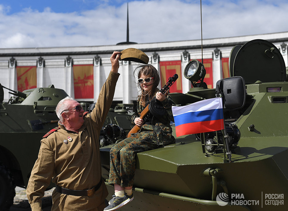 Участники перед стартом пробега бронетехники Дорога мужества на Поклонной горе в Москве