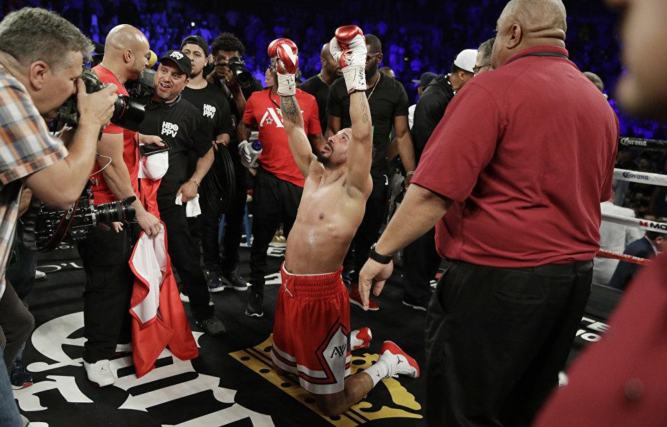 Андре Уорд празднует победу во время чемпионата по боксу в полутяжелом весе. 17 июня 2017