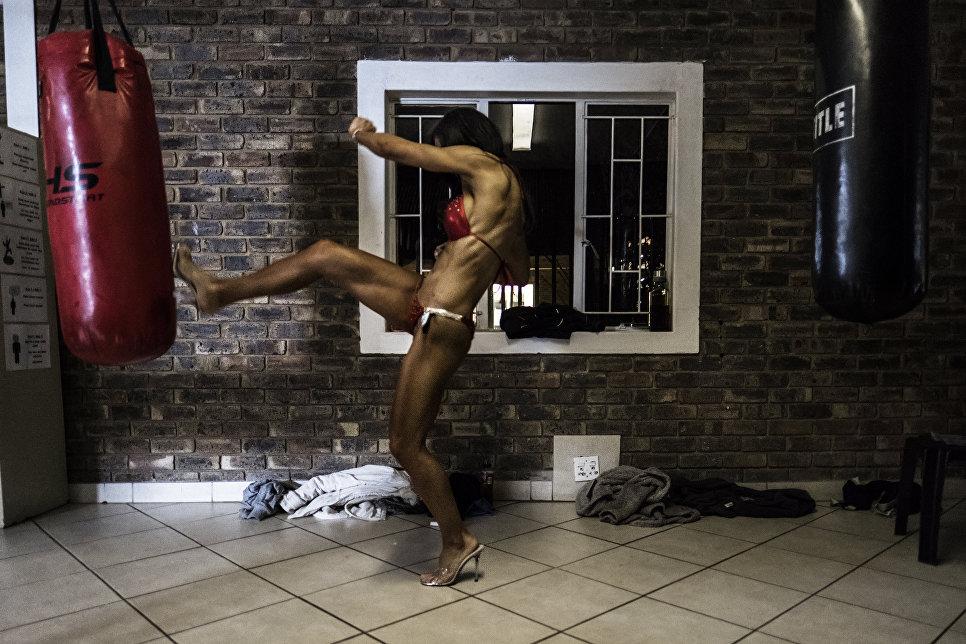 Участница соревнования по бодибилдингу Miss South Africa Xtreme в ЮАР