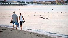 Отдыхающие на берегу Черного моря в Евпатории. Архивное фото