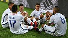 Игроки сборной Чили радуются забитому мячу во время матча Кубка конфедераций-2017 по футболу между сборными Камеруна и Чили