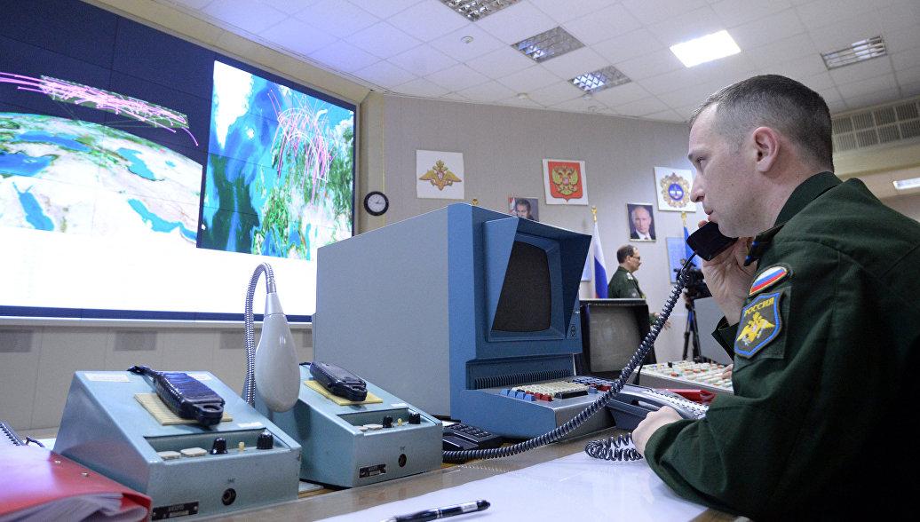 Несение боевого дежурства офицерами командного пункта радиолокационной станции. Архивное фото
