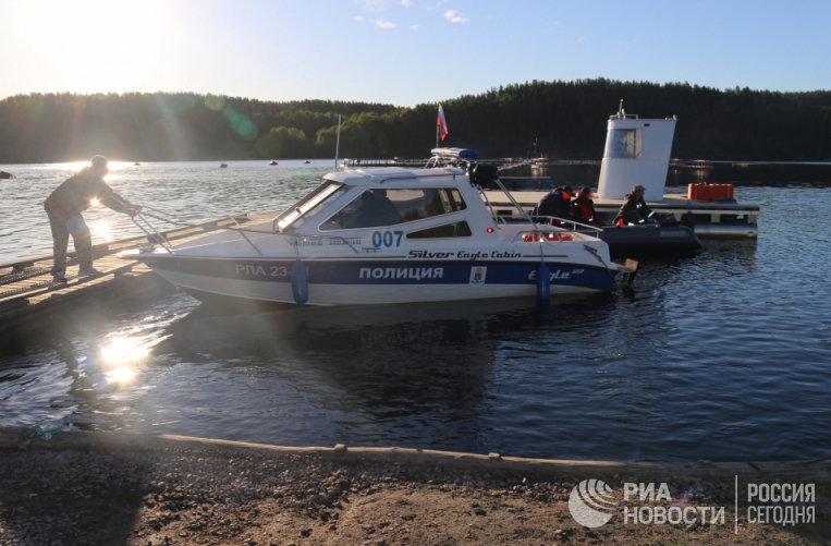 Сотрудники МЧС и полиции проводят поисковые работы на Ладожском озере, где перевернулась лодка с подростками. 20 июня 2017