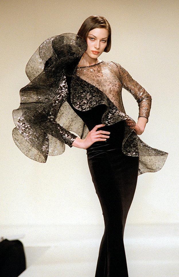 Модель демонстрирует вечернее платье из коллекции  Осень-зима 1998-99 дизайнера Пьера Кардена и Серджио Альтьери