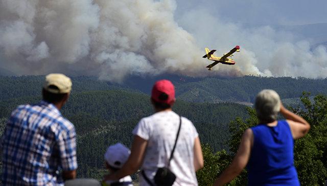 Самолет Canadair во время тушения от лесных пожаров в Португалии. 20 июня 2017