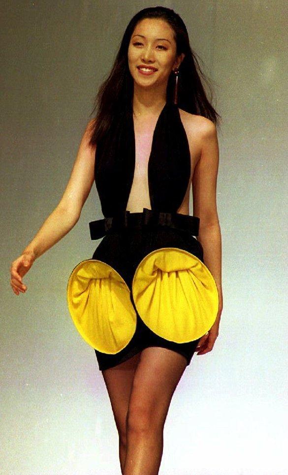 Модель во время показа моды французского дизайнера Пьера Кардена. 1993 год