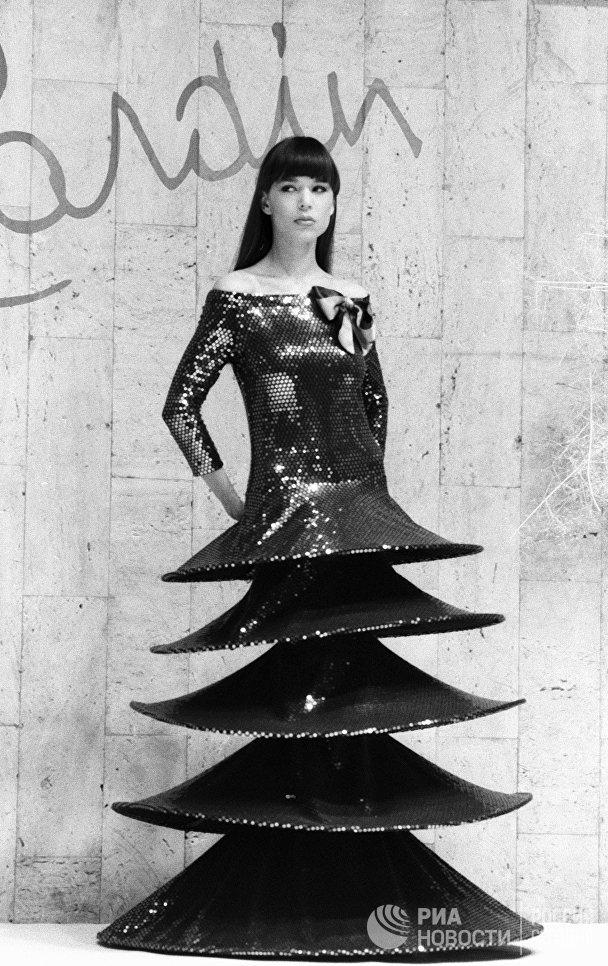 Манекенщица демонстрирует оригинальное платье на показе моделей одежды французского модельера Пьера Кардена