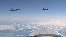 Истребитель НАТО F-16 и российский истребитель Су-27, снятые на видео с борта самолета министра обороны Сергея Шойгу