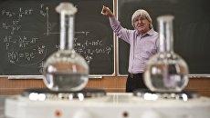 Преподаватель Владимир Овчинкин во время проведения лекции по термодинамике в МФТИ