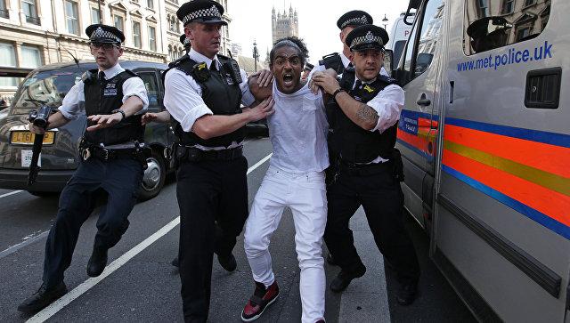 Встолице Англии  наакции протеста около резиденции Мэй произошла потасовка