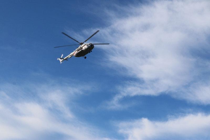 Вертолет МЧС, задействованный в поисковых работах на Ладожском озере, где перевернулась лодка с подростками