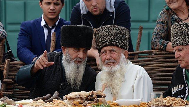 Старейшины за столом в Грозном. Архивное фото