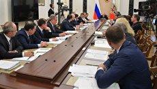 Президент РФ Владимир Путин с членами правительства РФ. Архивное фото