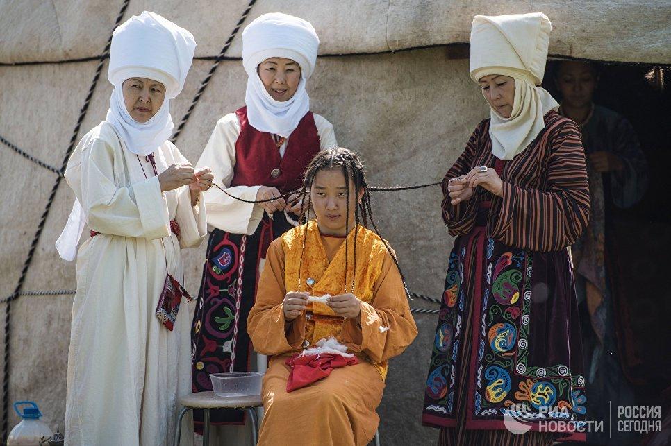 Женщины в национальных костюмах на этнофестивале Чункурчак кочу-2017 в ущелье Чункурчак в Киргизии