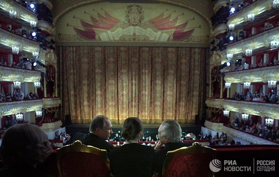 Президент РФ Владимир Путин и президент Бразилии Мишел Темер во время посещения Большого театра. 20 июня 2017
