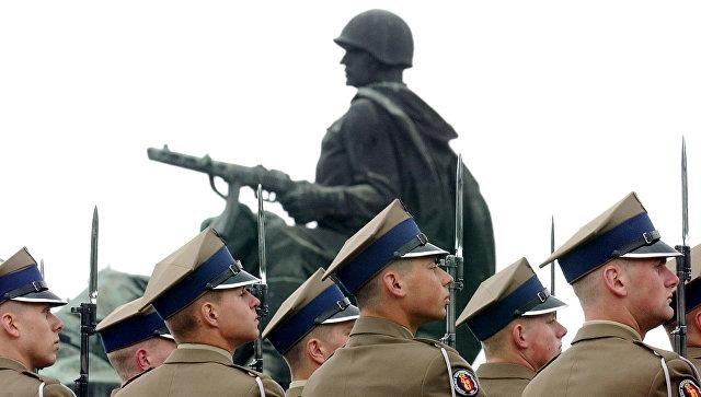 Солдаты вооруженных сил Польши у памятника советским воинам в Варшаве. Архивное фото