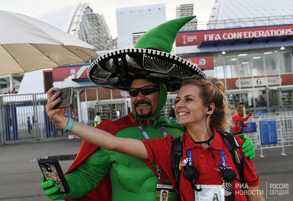 Болельщик сборной Мексики фотографируется с волонтёром перед началом матча Кубка конфедераций-2017 по футболу между сборными Мексики и Новой Зеландии