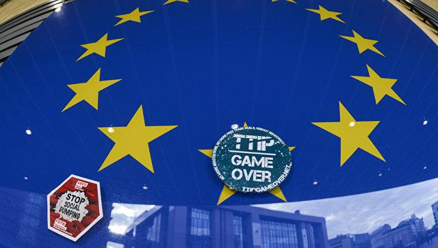 Наклейка Game over на логотипе ЕС на здании штаб-квартиры Европейского парламента в Брюсселе