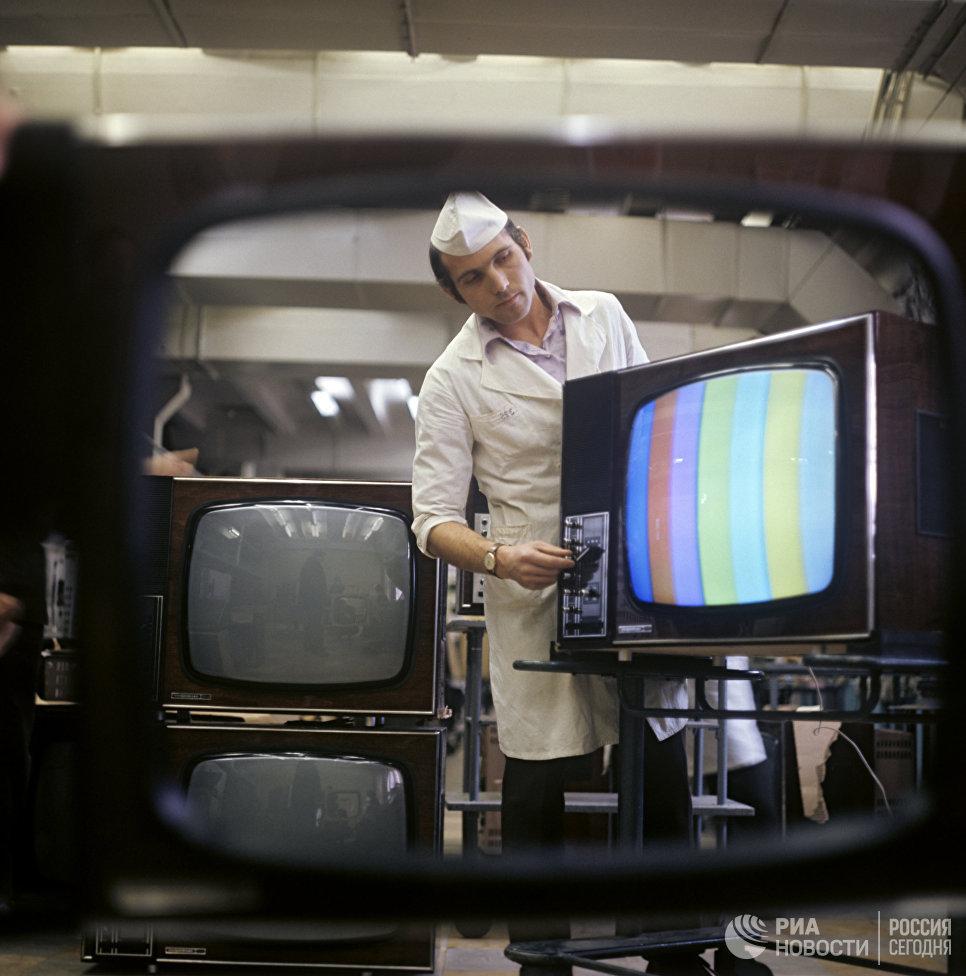 Настройка цветного телеприемника Электрон-706 в цехе Львовского производственного объединения Электрон. Украинская ССР.