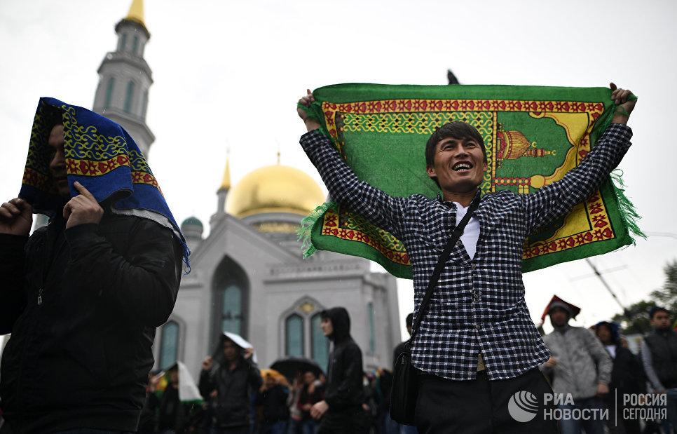 Мусульмане у Соборной мечети в Москве в день праздника Ураза-байрам. 25 июня 2017