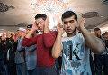 Мусульмане в Соборной мечети в Москве в день праздника Ураза-байрам
