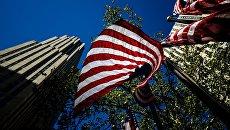 Флаги США возле Рокфеллеровского центра в Нью-Йорке. Архивное фото