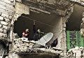Жители в разрушенном доме города Нубель на севере провинции Алеппо. Сирия, 11.02.2016