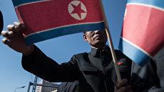 Мужчина с флагом КНДР. Архивное фото