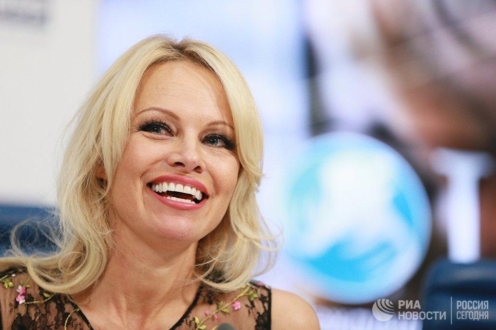Член консультативного совета международного фонда защиты животных IFAW в России Памела Андерсон на пресс-конференции