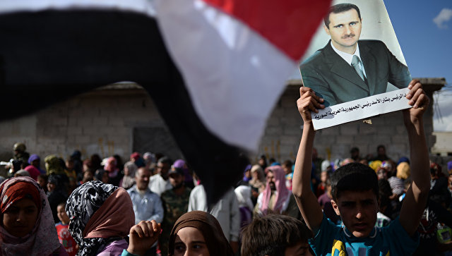 Жители населенного пункта Каукаб в Сирии с портретом Башара Асада