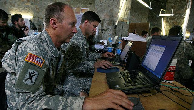 Американские военные в командном пункте