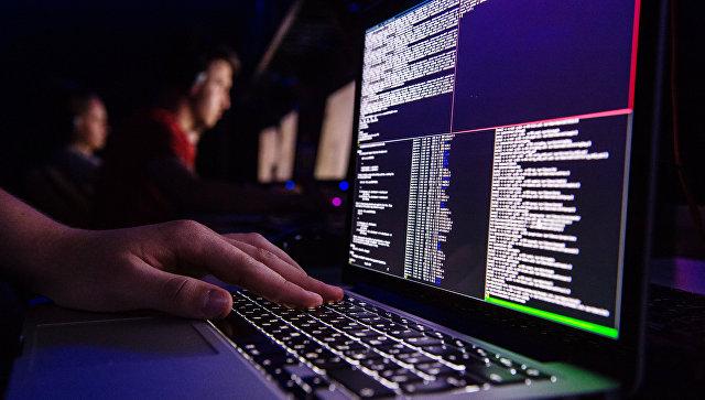 Человек работает за компьютером. Архивное фото