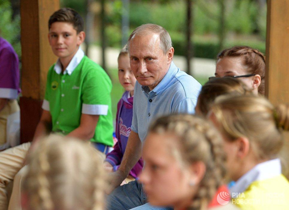 Президент РФ Владимир Путин общается с артековцами 7-й смены Улыбка Саманты во время посещения международного детского центра Артек в Крыму