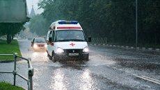 Автомобиль скорой помощи во время дождя в Москве. Архивное фото