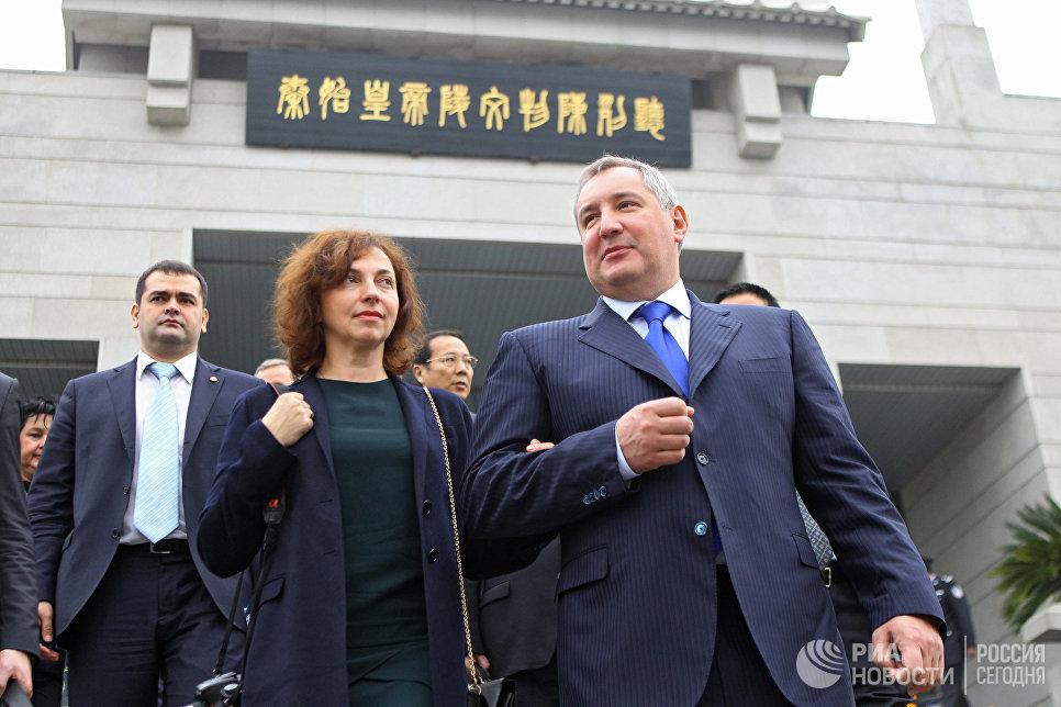 Заместитель председателя правительства РФ Дмитрий Рогозин с супругой Татьяной во время осмотра музея терракотовых воинов императора Цинь Шихуана в Сиане