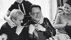 Писатели Даниил Гранин (слева), Алесь Адамович (справа) и одна из героинь книги Евгения Строганова (в центре) на встрече с ветеранами - участниками блокады Ленинграда. Архивное фото