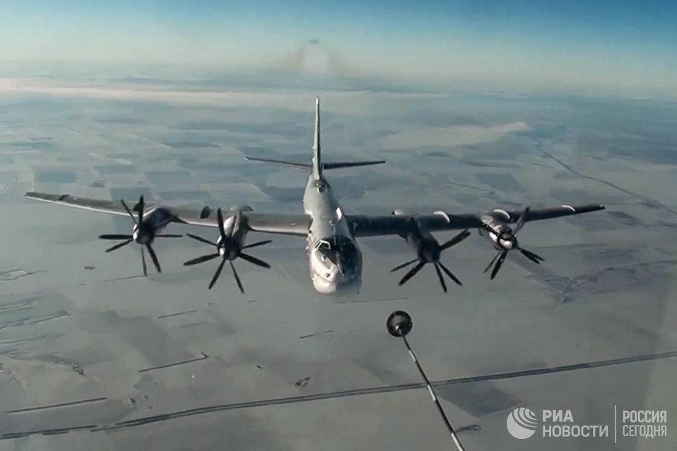 Стратегический бомбардировщик-ракетоносец Ту-95МС ВКС РФ во время полета для нанесения авиаудара по объектам террористов в Сирии. 17 ноября 2016