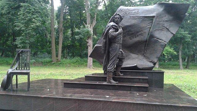 Памятник из гранита Щекино Мемориальный комплекс из двух видов гранитов Ожерелье