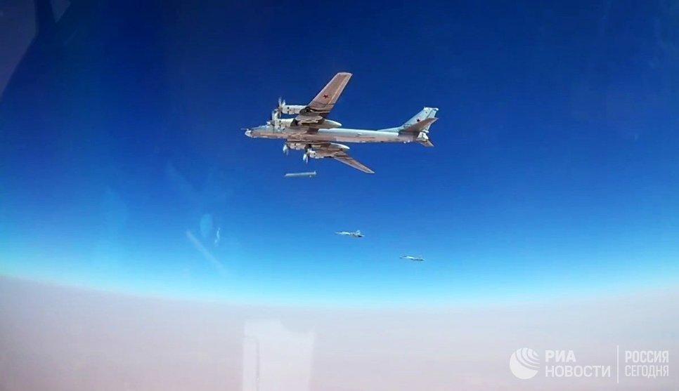 Стратегический ракетоносец Ту-95МС во время нанесения удара по объектам ИГ* (группировка Исламское государство, запрещена в РФ) на границе провинций Хама и Хомс в Сирии. 5 июля 2017