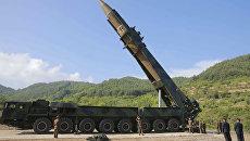 Лидер КНДР Ким Чен Ын осматривает ракету Хвасон-14 перед испытаниями. 4 июля 2017