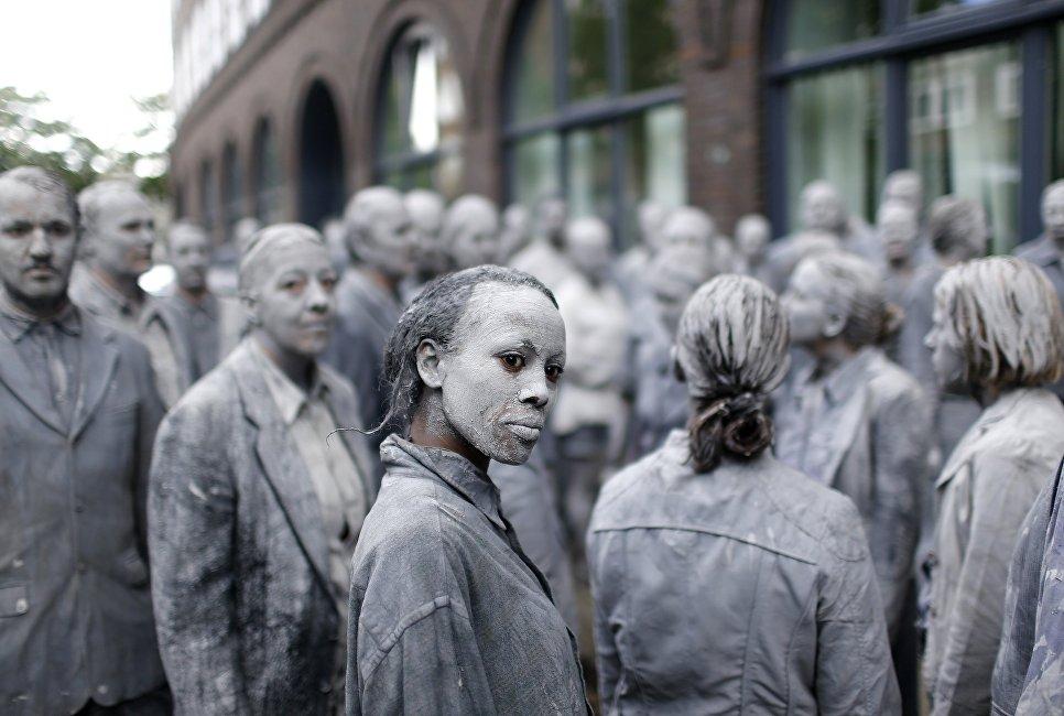 Участники акции 1000 фигур против саммита G20 в Гамбурге