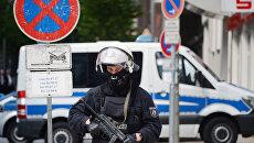 Полицейский на акции протеста во время проведения саммита G20 в Гамбурге. Архивное фото